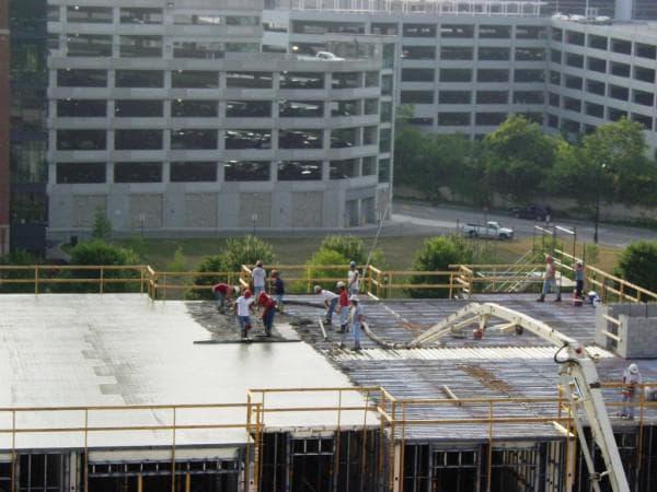 бетон В20 используют при строительстве крупногабаритных зданий