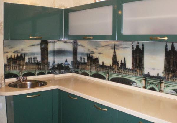 стеклянная панель с фотопечатью на кухне