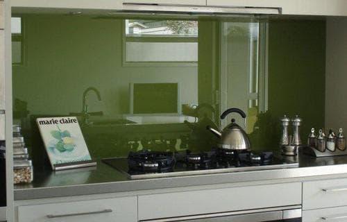однотонный стеклянный фартук для кухни