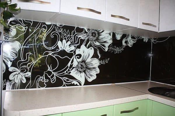 стеклянный фартук для кухни в черно-белом цвете