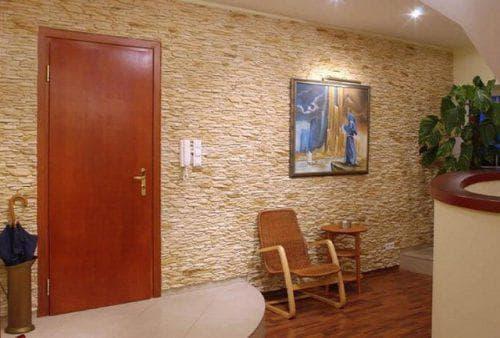 стеновые панели под камень в прихожей