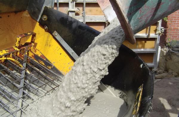 загрузка бетона в бетономешалку