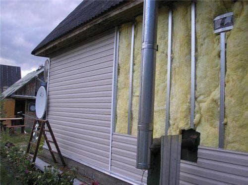 На фото-минеральная вата для стен дома снаружи под сайдинг