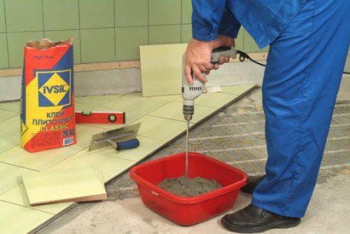 подготовка клея для плитки в ванную